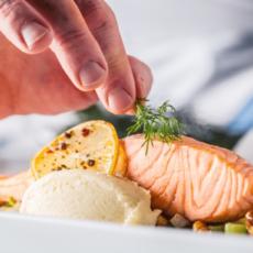 repas-traiteur-saumon-aneth-poisson-purée-legumes-carottes-violette-topinambour-panais-traiteur-paris-entre-mets